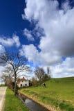 Huis en paard bij de dijk Royalty-vrije Stock Afbeeldingen