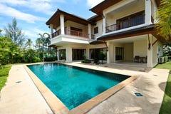 Huis en pool. Stock Afbeeldingen