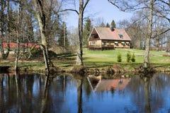 Huis en rivier Stock Foto