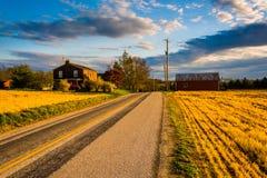 Huis en schuur langs een landweg in de landelijke Provincie van York, Pennsy Stock Foto's