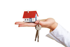 Huis en sleutels op palm van hand Royalty-vrije Stock Afbeeldingen