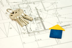 Huis en sleutels over bouwplannen royalty-vrije stock fotografie