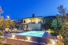 Huis en zwembad stock fotografie