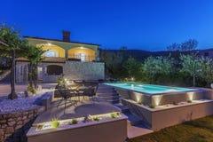 Huis en zwembad stock afbeelding
