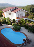 Huis en zwembad royalty-vrije stock afbeelding