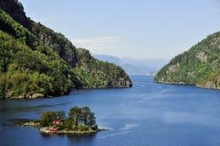 Huis in fjordeiland, Noorwegen royalty-vrije stock foto's