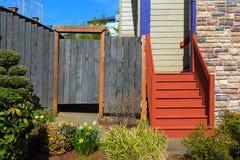 Huis Frontyard met Houten Treden en Omheining Stock Afbeelding
