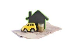 Huis, geld en autoideeën voor besparing op witte achtergrond Stock Foto