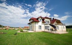 Huis in groen gazon royalty-vrije stock afbeelding