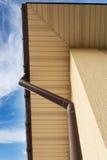 Huis Guttering, Goten, Plastic Guttering-Systeem, Guttering & Drainagepijp Buiten tegen blauwe hemel royalty-vrije stock afbeelding