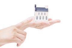 Huis in handen, de concepten van de onroerende goedereneconomie Stock Afbeeldingen