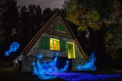 Huis in het bos met lantaarns wordt verlicht die royalty-vrije stock fotografie