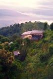 Huis in het bos omhoog hoog in de bergen van Nepal royalty-vrije stock afbeelding