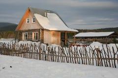 Huis in het dorp stock afbeeldingen