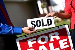 Huis: Het huis wordt met succes verkocht Stock Foto