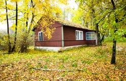 Huis in hout (de herfst) Royalty-vrije Stock Afbeeldingen