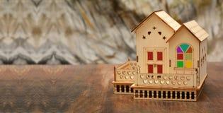 Huis Houten 3D model op bannermalplaatje Stock Fotografie