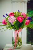 Huis in kleurrijke brieven en de lentebloemen Royalty-vrije Stock Afbeeldingen