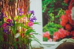 Huis in kleurrijke brieven en de lentebloemen Stock Afbeeldingen