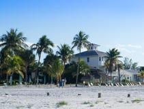 Huis langs tropisch strand Royalty-vrije Stock Afbeelding