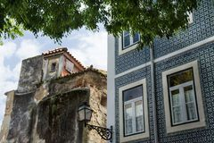 Huis in Lissabon met azulejo wordt behandeld die royalty-vrije stock afbeeldingen