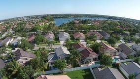 Huis luchtmening in de voorsteden stock videobeelden