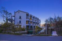 Huis in meer dichtbij berg wordt weerspiegeld die Royalty-vrije Stock Foto