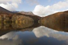De kleuren van de herfst die in een meer worden weerspiegeld Royalty-vrije Stock Foto