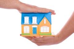 Huis in menselijke handen Stock Afbeeldingen