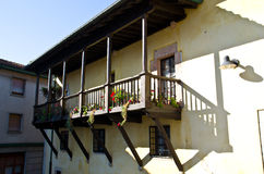 Huis met balkon Stock Afbeeldingen