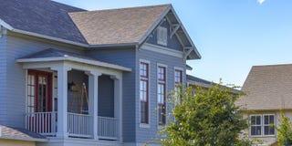 Huis met balkon in Dageraad Utah op een zonnige dag royalty-vrije stock fotografie