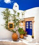 Huis met blauwe deur en bloemen stock foto's