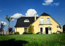 Huis met blauwe hemel stock afbeeldingen