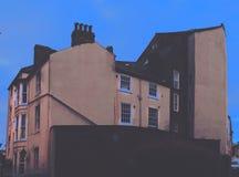 Huis met blauwe hemel stock foto's
