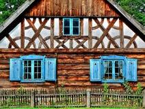 Huis met blauwe vensters Royalty-vrije Stock Fotografie