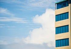 Huis met blauwe vensters Royalty-vrije Stock Foto