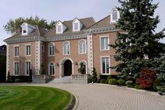 Huis met cirkeloprijlaan Stock Afbeelding