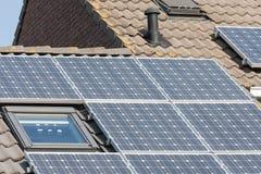 Huis met dak en zonnepanelen Stock Afbeelding
