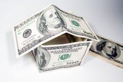 Huis met de bankbiljetten dat van $ wordt gebouwd 100 Royalty-vrije Stock Afbeelding