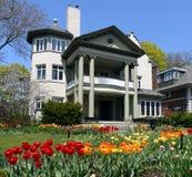 Huis met de lentebloemen Stock Foto's