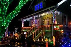 Huis met de lichten van Kerstmis Royalty-vrije Stock Foto's