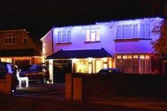 Huis met de lichten van Kerstmis Stock Foto's