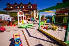 Huis met de speelplaats van kinderen Stock Fotografie