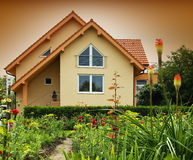 Huis met de tuin Stock Foto