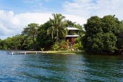 Huis met dok op een tropisch eiland stock fotografie