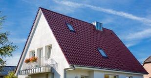 huis met een betegeld dak stock foto