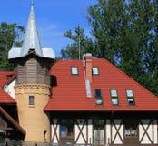 Huis met een dak van rode tegels royalty-vrije stock afbeelding