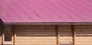 Huis met een dak van stevige die metaalbladen wordt, als een oude tegel worden gevormd gemaakt die royalty-vrije stock fotografie