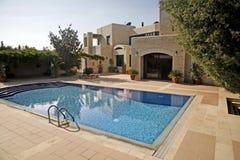 Huis met een pool en bomen Stock Foto