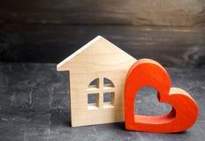 Huis met een rood hart Huis van minnaars Betaalbare huisvesting voor jonge families De daghuis van Valentine ` s royalty-vrije stock foto's